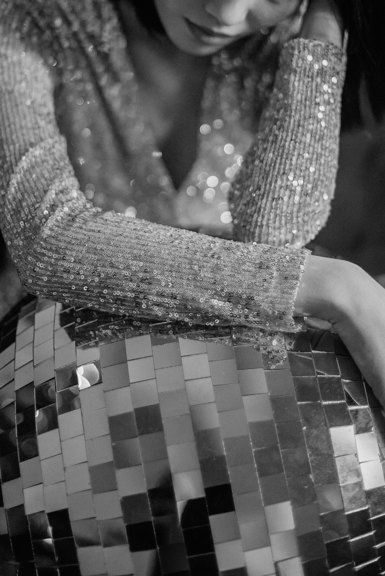 Vrouw in een glitterjurk